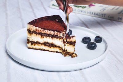 お皿の上のチョコレートケーキとブルーベリー